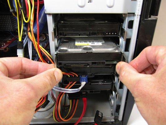 Toàn bộ cơ chế đọc/ghi dữ liệu chỉ được thực hiện khi máy tính (hoặc các thiết bị sử dụng ổ đĩa cứng) có yêu cầu truy xuất dữ liệu hoặc cần ghi dữ liệu vào ổ đĩa cứng. Việc thực hiện giao tiếp với máy tính do bo mạch của ổ đĩa cứng đảm nhiệm.